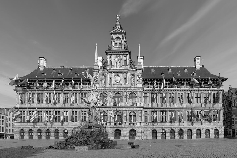 Het stadhuis op de Grote Markt met Brabo op de voorgrond