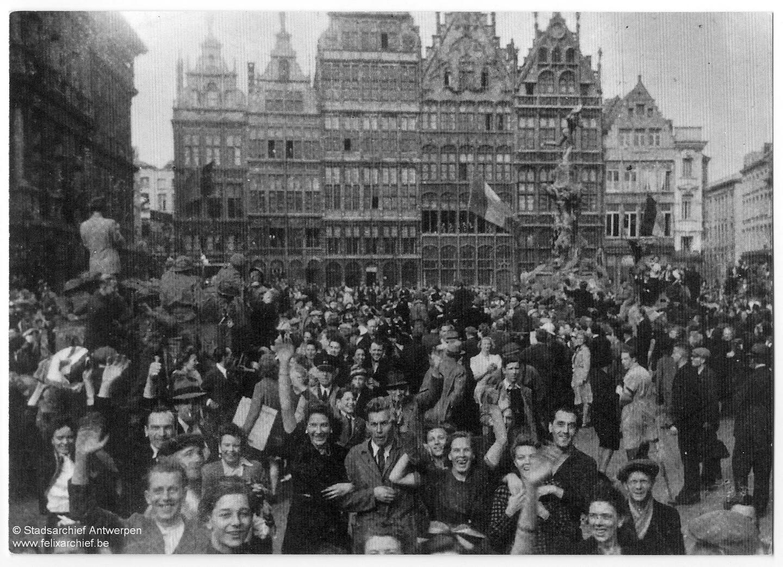 Een massa enthousiaste Antwerpenaren op de Grote Markt