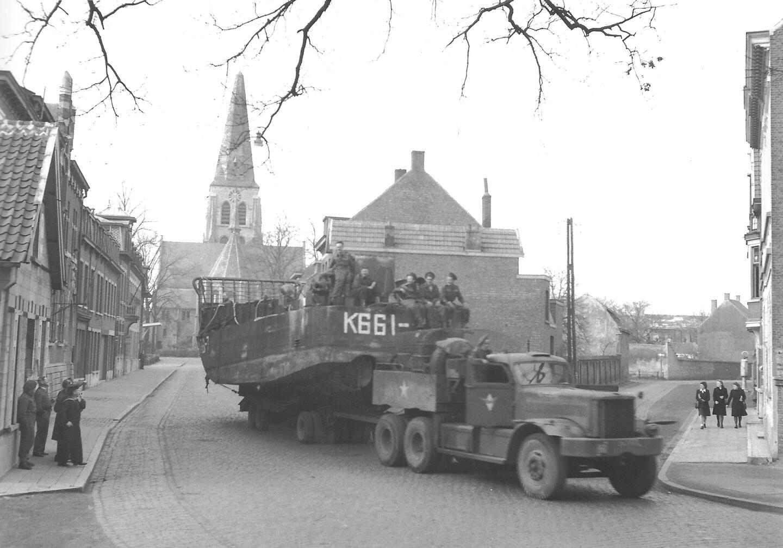 Geallieerden op een vrachtwagen voor de kerk van Ekeren