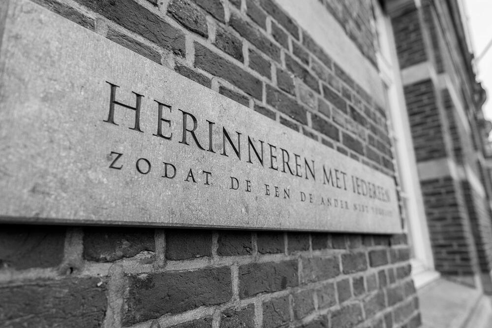 De gedenksteen aan stedelijke basisschool Crea 16 herdenkt de slachtoffers van de Jodenrazzia's van 1942.