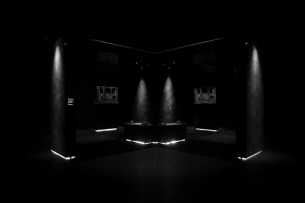 Een donker decor toont getekende projecties van een stadszicht.