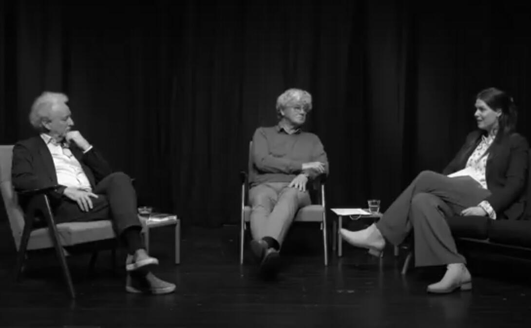 Drie personen zitten neer voor een gesprek.