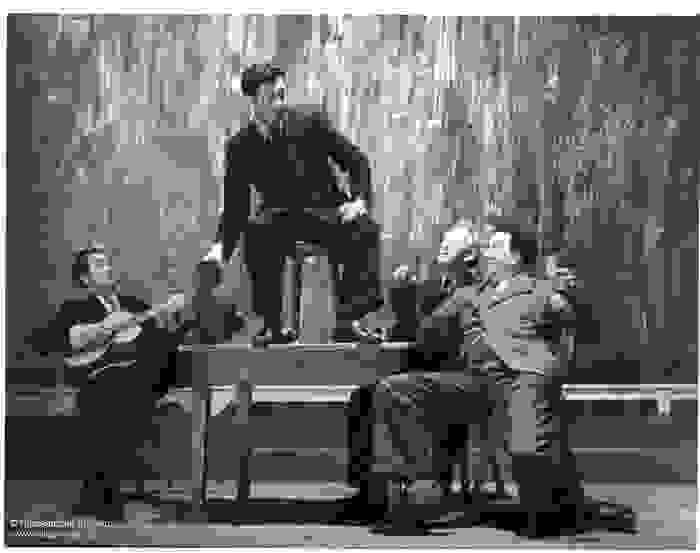 Acteurs op het theaterpodium tijdens het stuk Het spel van Dr. Faust