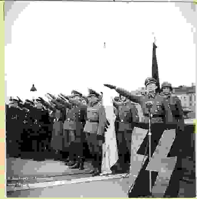 Vlaamse SS'ers brengen de Hitlergroet in Antwerpen