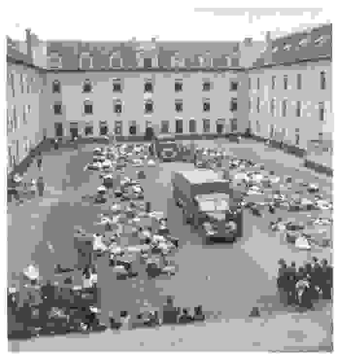 Bezittingen liggen op de binnenplaats van kazerne Dossin, in het midden staat een vrachtwagen