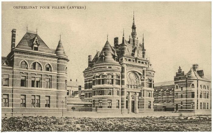 Oude foto van gebouw met bijschrift 'Orphelinat pour filles (Anvers)'