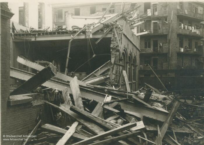 Puin in de Durletstraat na de inslag van een V-bom
