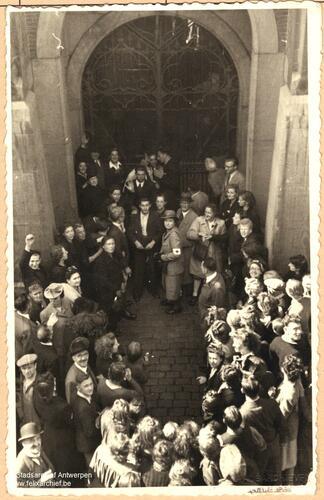 Vrijgelaten gevangenen voor de ingang van de gevangenis