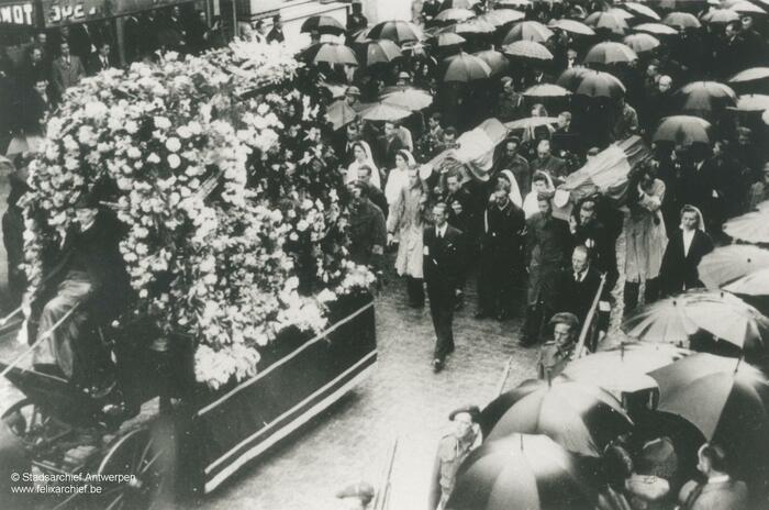 Begrafenisstoet, mensen lopen achter de kist