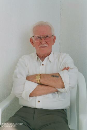 Foto van de Nederlandse Jood Emile Vos. Op zijn arm staat een tatoeage van de kampen