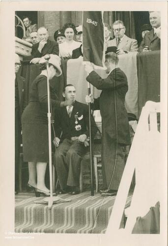 Marcel Louette zit op een stoel aan de micro met 2 personen voor zich