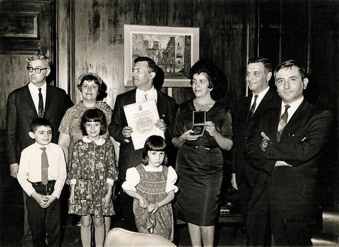 Foto van enkele volwassenen en kinderen