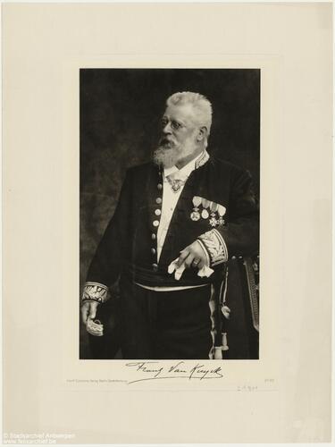 Man in een uniform met medailles