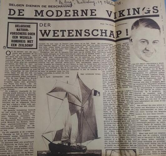 Krantenartikel met een portretfoto en een foto van een zeilboot