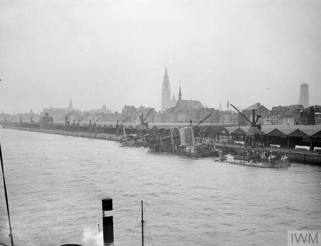 Een bij de Duitse terugtocht bewust gezonken schip aan de Antwerpse rede