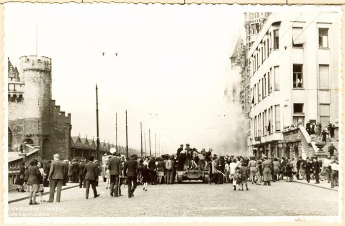 Britse tanks ter hoogte van het Steen in Antwerpen