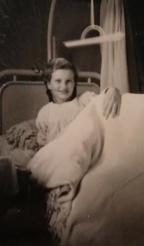 Marthe Govaerts in een ziekenhuisbed in het Stuivenbergziekenhuis