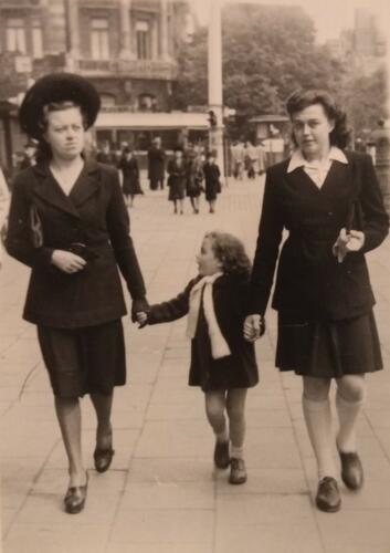 Victoria wandelt hand in hand met zusjes Maria en Paula