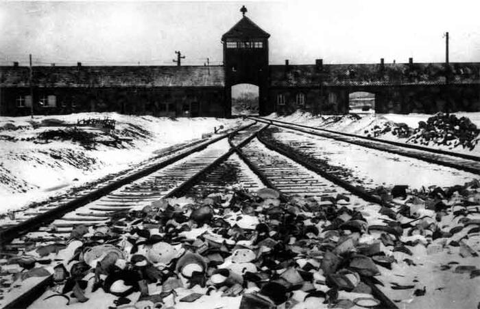 De toegangspoort tot Auschwitz - Birkenau.