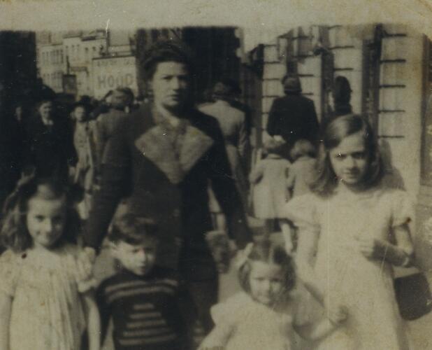 Een vrouw met kinderen op straat