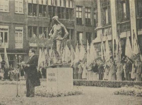 Onthulling van 'De Buildrager' in 1950 door burgemeester Craeybeckx. (© Digitaal Archief Gazet van Antwerpen)