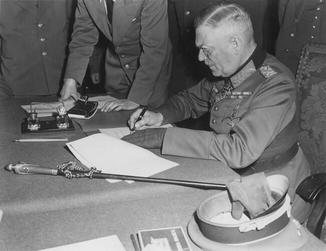 8 mei 1945, veldmaarschalk Keitel ondertekent in Berlijn voor de tweede maal de Duitse overgave in aanwezigheid van Sovjetgeneraal Zjoekov en vertegenwoordigers van de geallieerde legers. (© Wikimedia Commons)