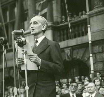 Burgemeester Camille Huysmans spreekt op 8 mei 1945 de Antwerpenaren toe op de Grote Markt. (© AMSAB ISG)