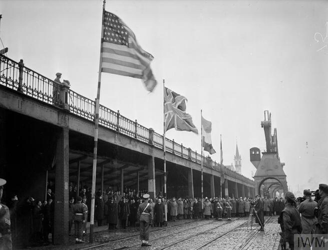 Vlaggen aan de Scheldekaaien.Fotograaf J. A. Hampton © IWM A 26559