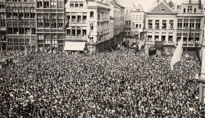 Een mensenmassa verzamelt zich op de Grote Markt voor de afkondiging van de Duitse capitulatie. (herkomst onbekend)