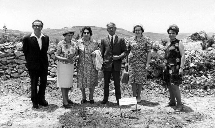 Ceremonie in Israël waarbij het echtpaar Robson een boom plant. (© Yad Vashem)
