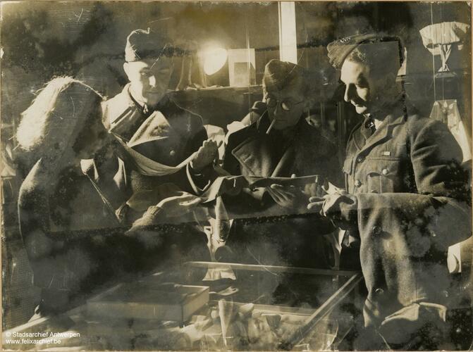 Britse soldaten kopen kerstcadeaus op de Meir.