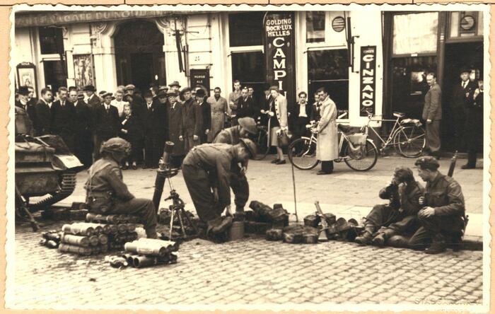 Britse soldaten in de weer tijdens de bevrijding van Antwerpen.