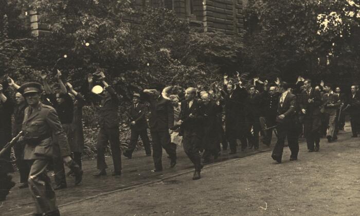 Een dag na de bevrijding van Antwerpen. Weerstanders voeren een groep gearresteerde Duitsgezinden weg.