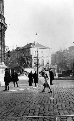 Op de achtergrond is het monument voor de gesneuvelden te zien op 21 juli 1940. Aan de voet leggen Antwerpenaars bloemen neer ter ere van de nationale feestdag. Dit gaat in tegen het verbod van de bezetter. (© Collectie CegeSoma)