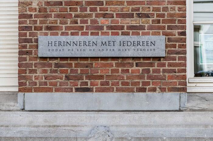 """""""Herinneren met iedereen. Zodat de een de ander niet vergeet"""", staat geschreven op de gedenksteen aan stedelijke basisschool Crea 16."""