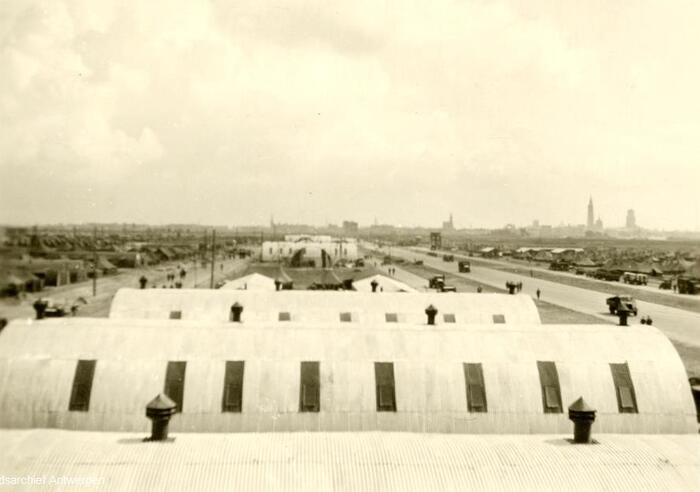 Hangars met op de achtergrond de torens van Antwerpen.
