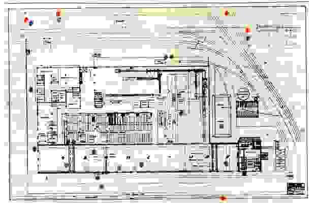 Een map van de Ford fabriek waarop de bominslagen aangeduid zijn